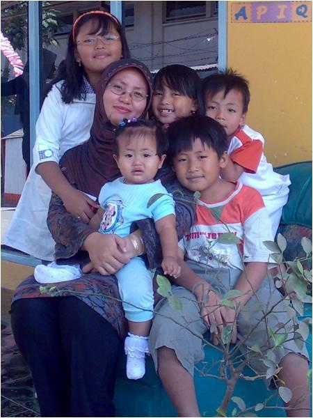 Direktur APIQ, Cicik Cahyarani, dengan 5 orang anak-anaknya